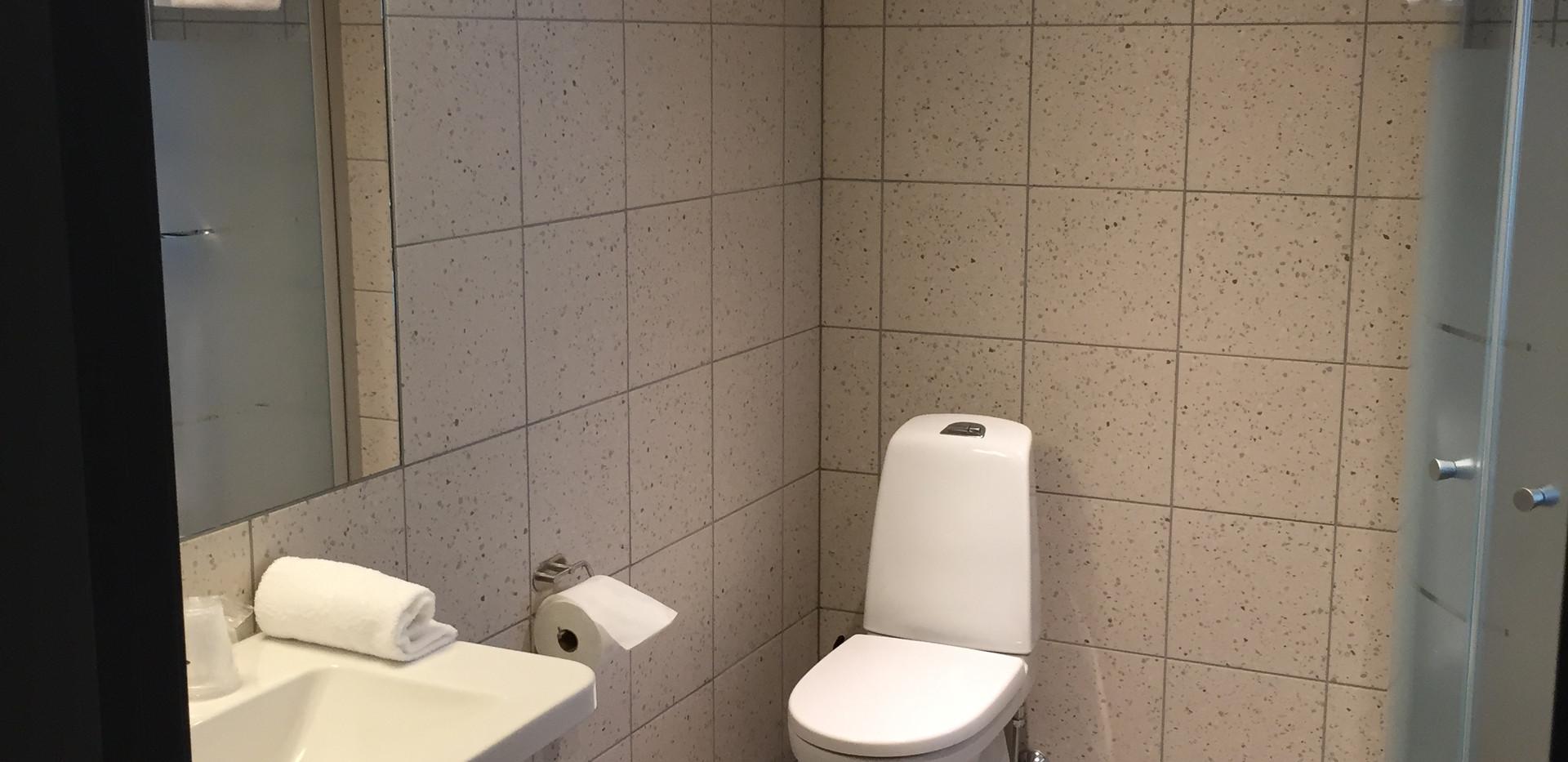 DB bath room.JPG