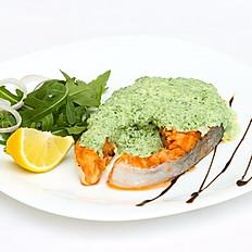 Стейк из лосося под соусом из шпината с брокколи