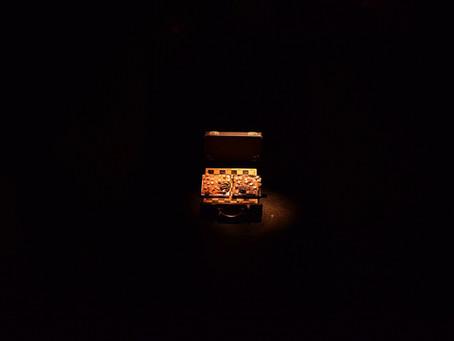 """Technologijos ir groteskas – A. Vasiliausko šviečiančių objektų parodoje """"Deus Ex Machina"""""""