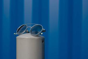 Etnia Sonnenbrille vor blauem Hintergrund