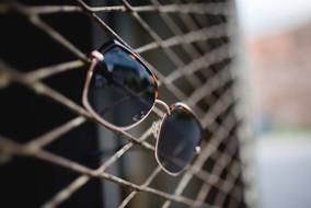 Sonnebrille mit großen dunklen Gläsern.