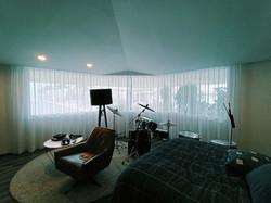 habitacion con cortinas de gasa