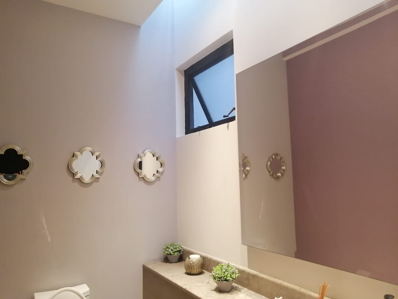 trabajo realizado baño con papel tapiz