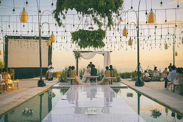 Uluwatu villas as a spot for Bali destination weddings never failed to amaze us,_The warm breeze, the infinite shoreline, and the amber suns