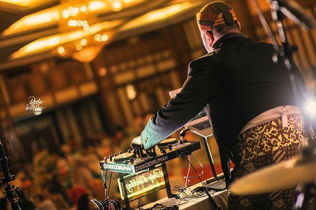 Professional WEDDING DJ___Expert wedding reception music programming – _The art and science of reading a crowd and KNOWING when to play the_