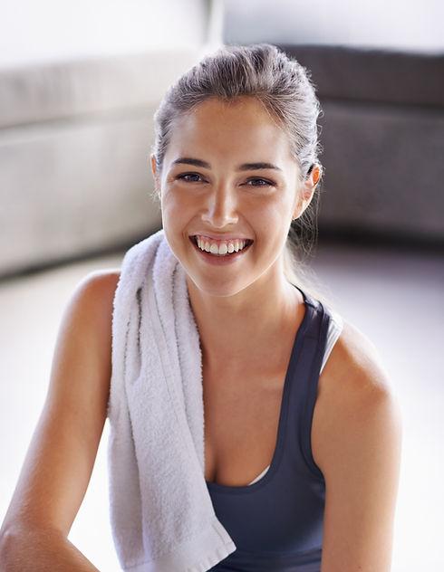 Mulher Feliz com a Prática de Yoga