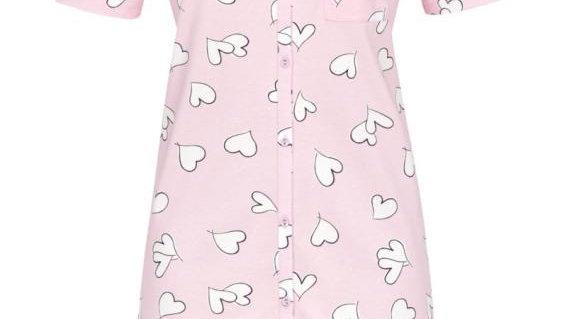 Chemise de nuit rose avec des coeurs blancs
