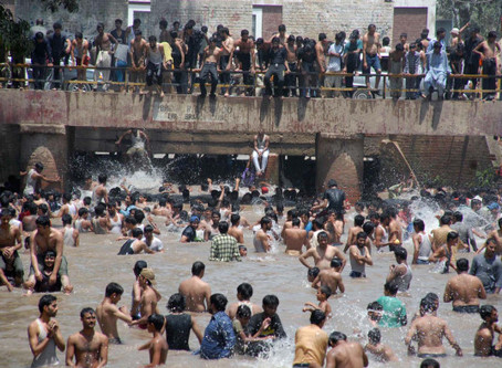 Picture of the Week: Wild Swimming in Lahore Canal