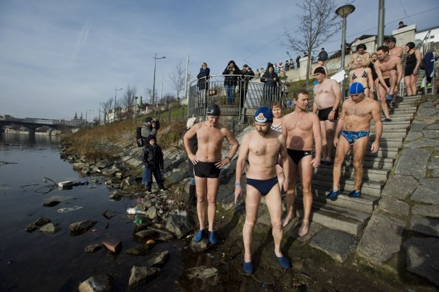 Winter swimmers of all ages – 15 to 80