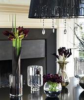 Table noir avec des vases transparent remplies de fleurs_edited.jpg