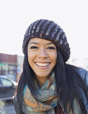 Mujer joven con el pelo Negro