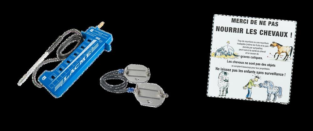 A gauche : testeur de clôture Lacmé (envir. 12€) / connecteurs de fils Lacmé (envir. 8€) ; à droite panneau de pré chez Kramer (envir. 12€)