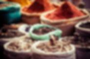 市場では、伝統的なスパイス