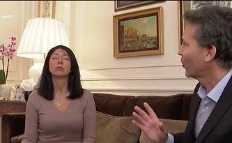 Une femme en transe en seance d'hypnose à Nice