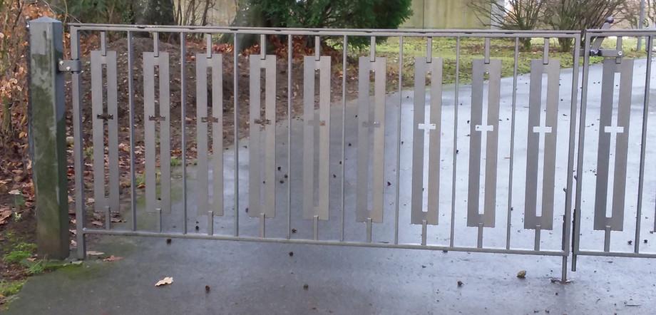 Erst abgehängt, strahlen die Tore schon wieder in neuem Glanz ...