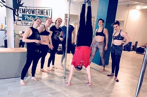 stage handstands equilibres fitness epowerment pole studio dance 92 rueil malmaison