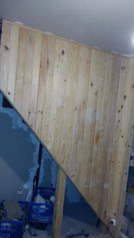 Habiller Une Poutre En Placo poser du lambris sur le rebord d'un vieux escalier.