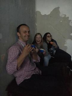 professor Roberto Busckowski curtindo o Cine Nadismo com as voluntárias da Galeria, Ana Wolf e Larissa Mello