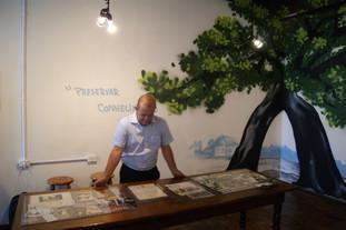 diretor do IFSul Câmpus Sapucaia do Sul, Mack Léo Pedroso, prestigiando a exposição