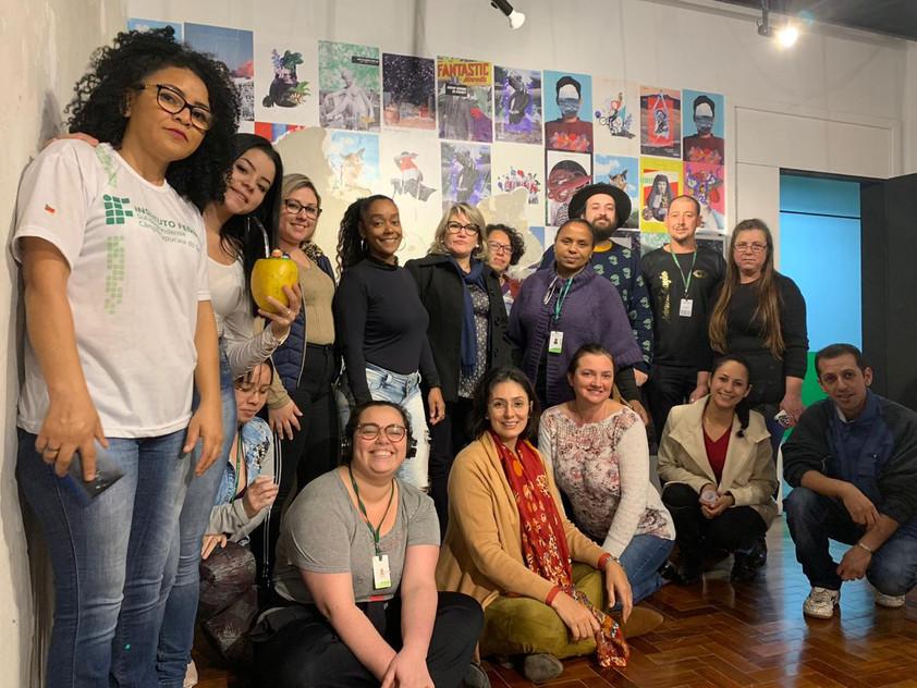 turma do PROEJA - Técnico em Administração, professora Inessa Carrrasco e artista Marcos Coelho na abertura da exposição