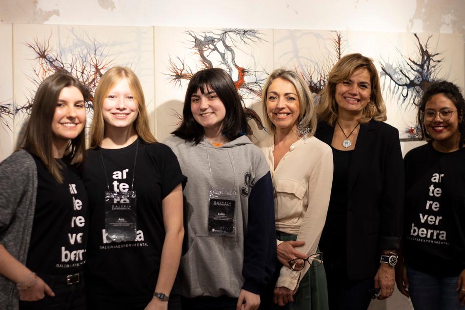 equipe da Galeria Experimental, Flávia Fraga, Ana Wolf, Luiza Bica, Stefanie Moreira e Eduarda Peres, junto com a artista Silvia Rodrigues