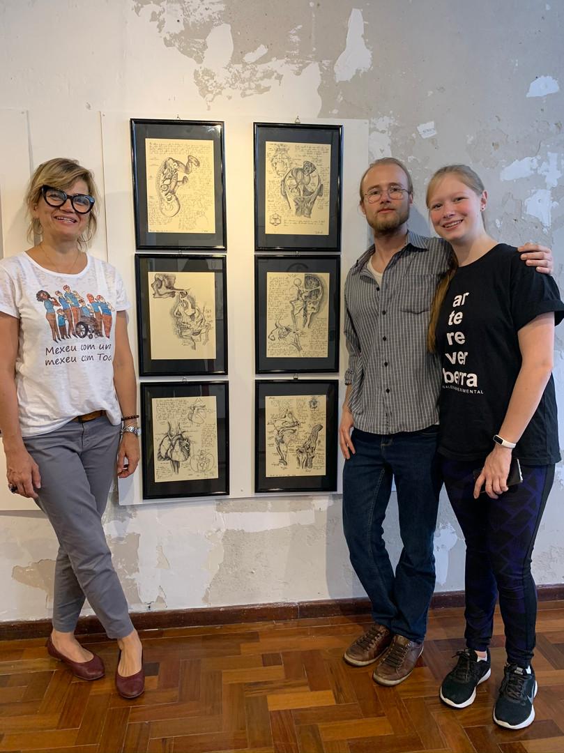 professora do IFSul e gestora da Galeria, Stefanie Moreira, artista Samuel Wolf e sua irmã Ana Wolf