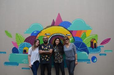 equipe de produção da exposição junto com o artista Marcelo Pax e seu grafite realizada no jardim de inverno em frente à Galeria