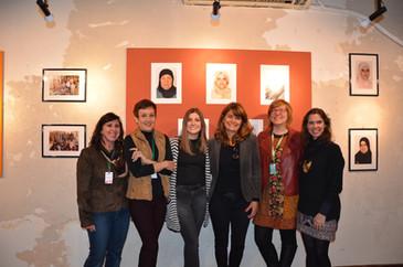 da esquerda para direita: Karin Wapechowski, integrante do Programa Brasileiro de Reassentamento Solidário da ASAV, artista Tânia Meinerz, Flávia Fraga, Stefanie Moreira, Bianca Ruskowski e artista Pâmela Marconatto