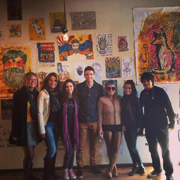 equipe de produção da exposição, da esquerda para a direita: Bianca Ruskowski e Stefanie Moreira, gestoras do espaço, Tamires Mombach, Leonardo Dewes, artista Isadora Brandelli, Luiza Ferraz e João Marcelo Schneider