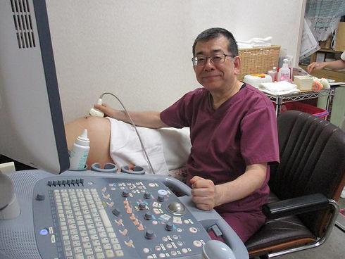 4D超音波画像を撮影する院長