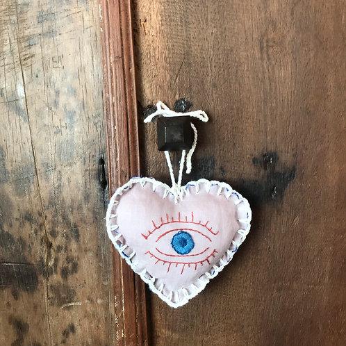 Coração Bordado - Olho Azul