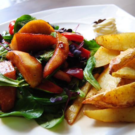 Feldsalat mit karamellisierten Birnen und Kartoffelwedges