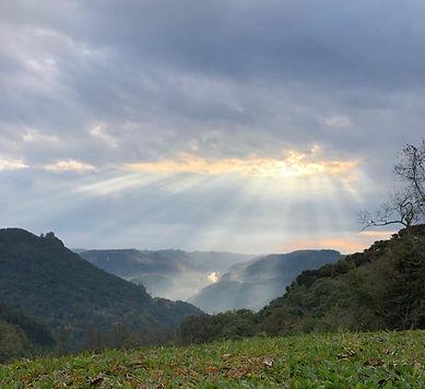 Sol entre as nuvens, belo registro feito aqui em nosso vale... Imagens lindas que o interi