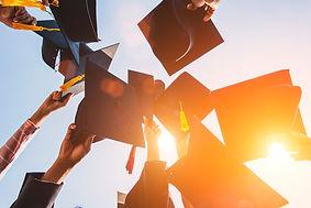os-graduados-jogam-o-chapeu-na-cerimonia