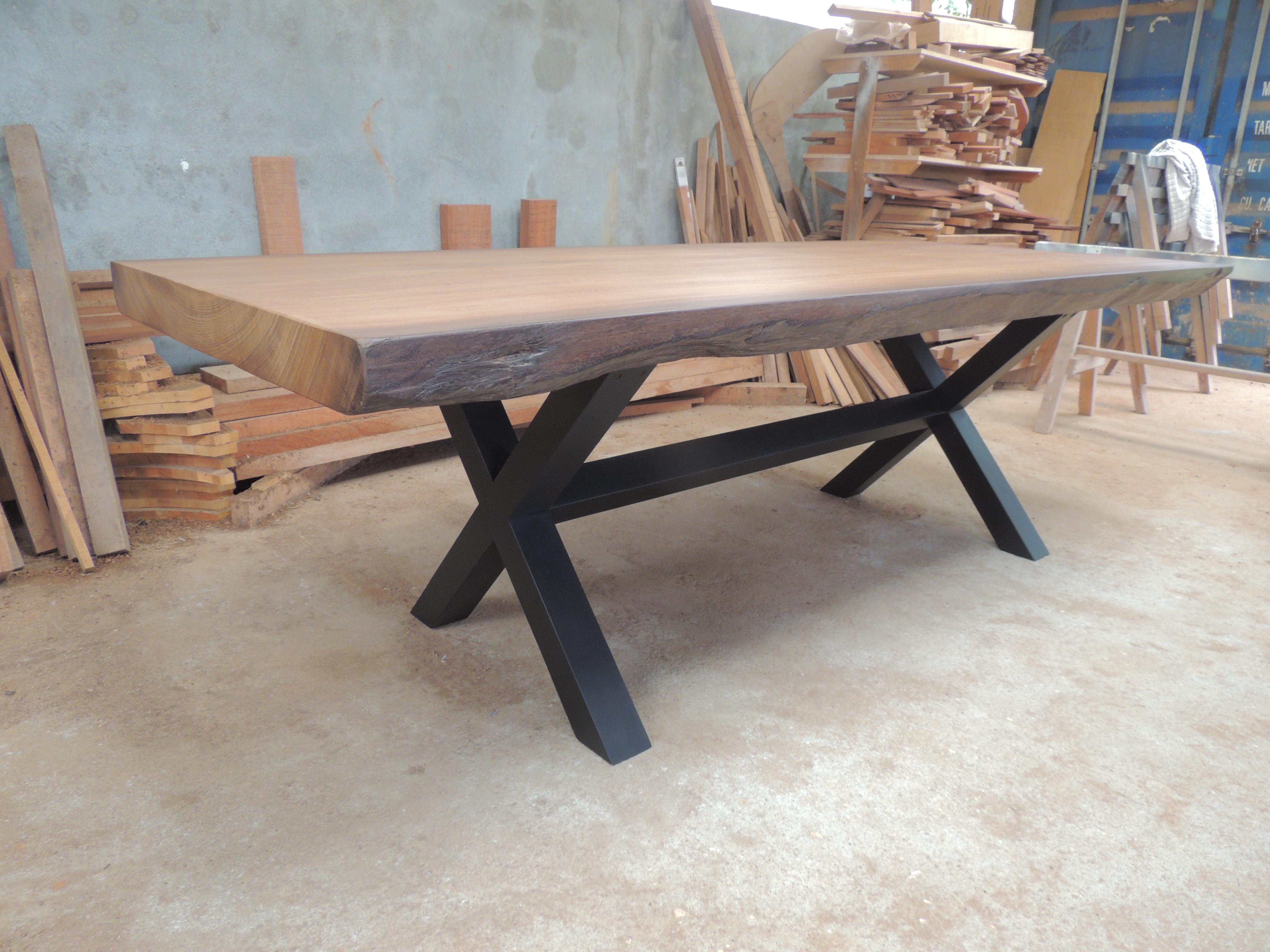 Table Iroko, pieds en X