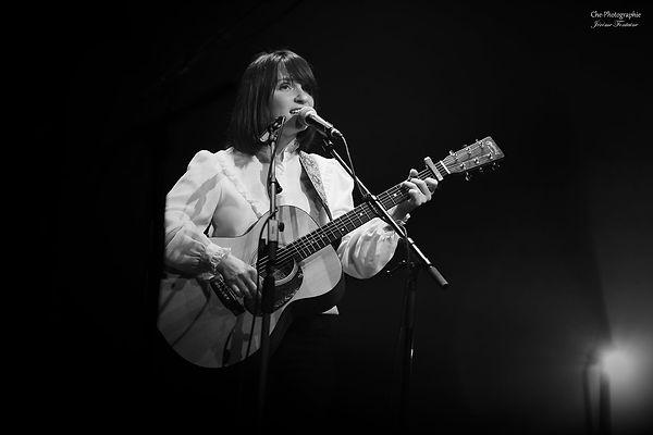 concert live Miossec Amelie McCandless singer folk songwriter acoustic guitar
