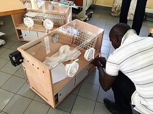 Warmtelampen en couveuses voor ziekenhuis in Gambia