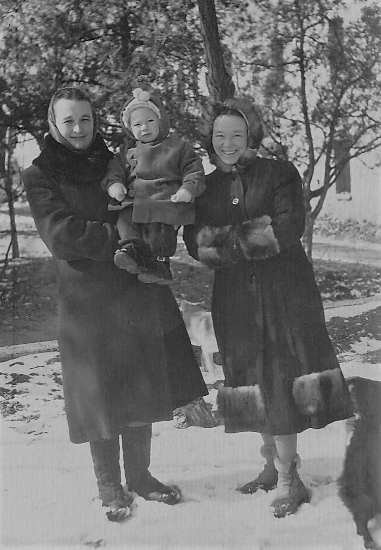 1954г. Я на руках у тети Вали Игнатенко