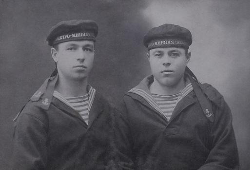 К.И.Пищиков (слева) курсант Электро-минной школы г.Кронштадт. Фото 1929г.