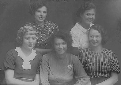 Встреча выпускницСуджанского педагогического училища. (Пищикова Л.И сидит первая справа).г.Суджа. Фото1938г.