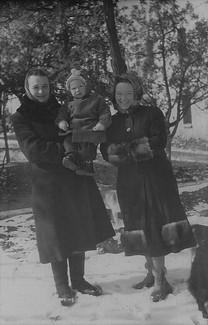 1954-1955 С мамой и тетей Валей Игнатенко
