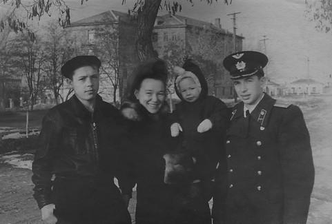 1954-1955 С мамой и двоюродными братьями - Геной и Костей.