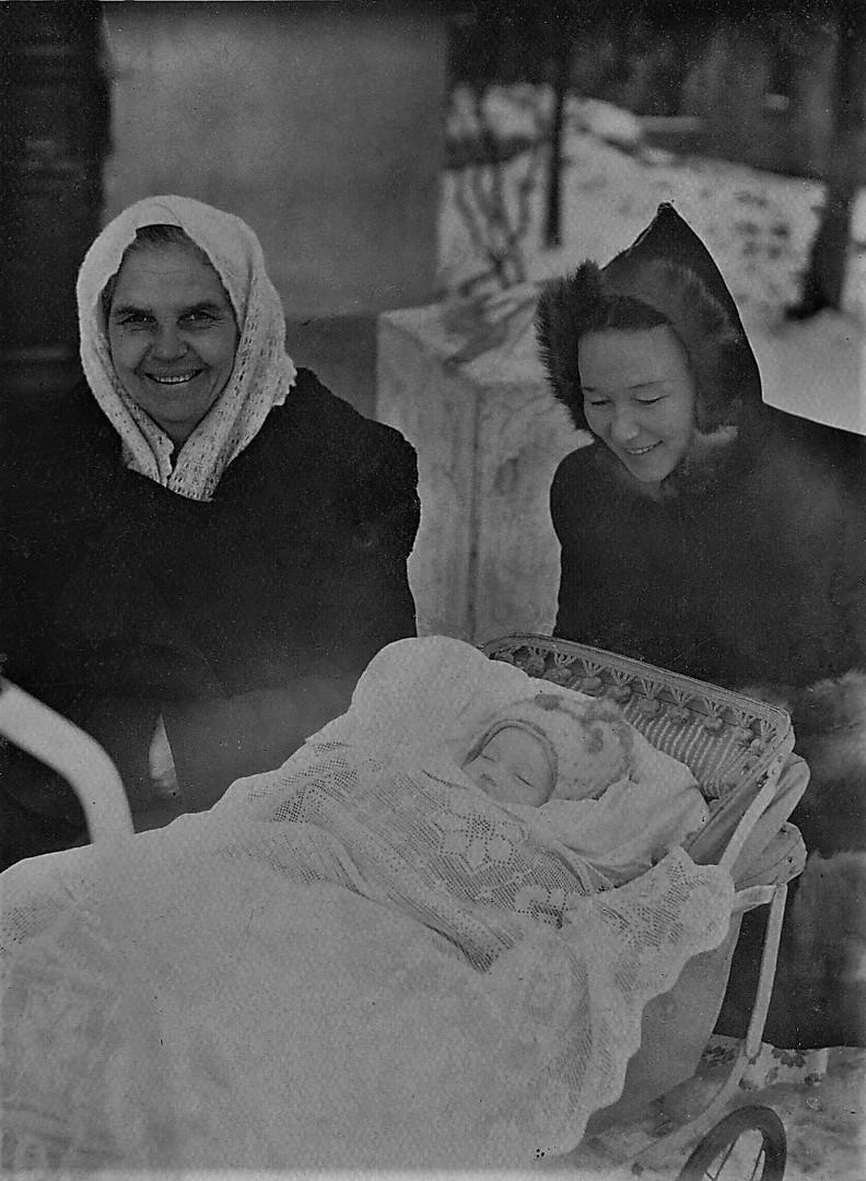1954.01.05 Мне 4 мес. С няней Шурой и мамой.