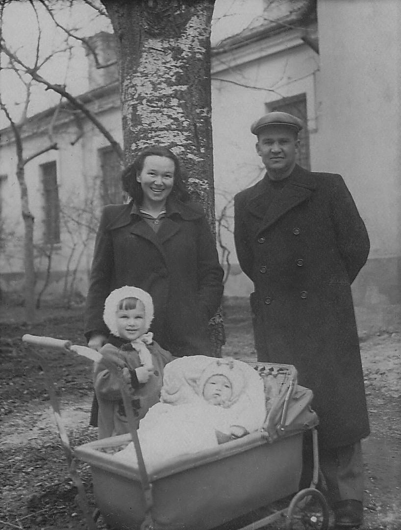 1954.04 Смамой и её товарищем с дочерью.jpg