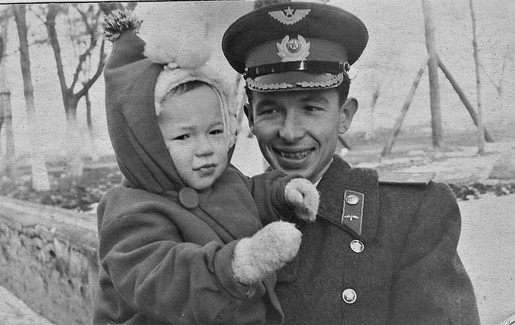1955.01.25 На руках у двоюроднго брата Кости Ковалева