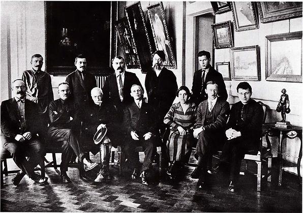 Сотрудники Центрального музея Тавриды. В нижнем ряду в центре Павел Голландский. Фото 1927