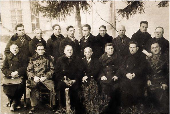 Группа крымских архитекторов. В нижнем ряду в центре Павел Голландский. Фото 1926 г.
