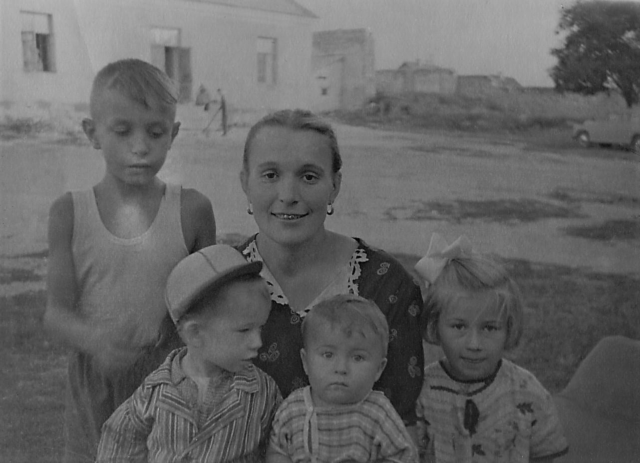 1955г. Степа Игнатенко, я, тетя Валя Игнатенко.