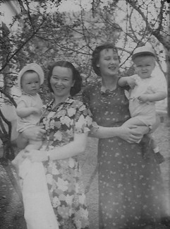 1954г. Я, мама и И.Толпыгина с Сережей.