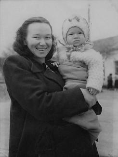 1954 Весна. С мамой.jpg